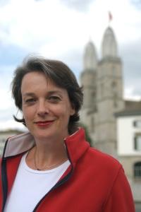 Die Autorin Barbara Hutzl-Ronge vor dem Grossmünster in Zürich
