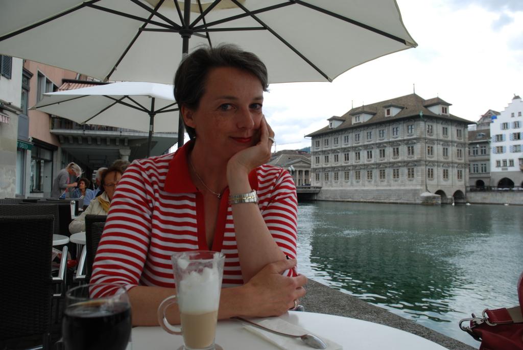 Die Autorin Barbara Hutzl-Ronge an der Limmat in Zürich. Foto © Edith Fritschi
