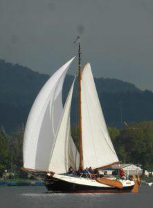 Das Plattbodenschiff Seewiefke unter vollen Segeln auf dem Bodensee bei Radolfzell