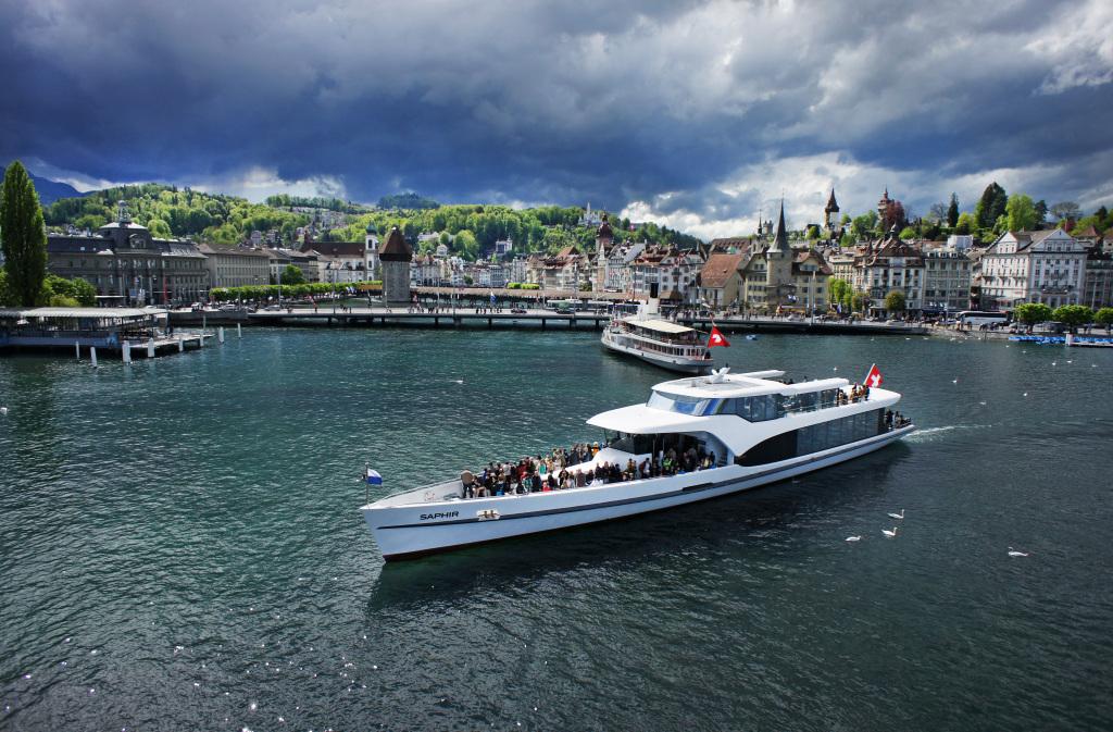 """Das Motorschiff """"Saphir"""" vor der Kulisse der Stadt Luzern"""