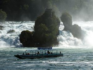 Fährboot der Familie Mändli unterhalb vom Rheinfall