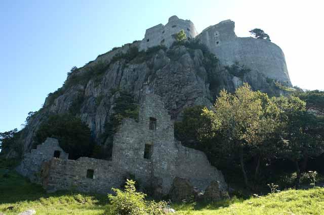 Der steil aufragende Vulkankegel mit der darauf errichteten Burg, Foto © Barbara Hutzl-Ronge