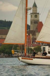 """Im Vordergrund das Schiff """"Wappen von Danzig"""", zwischen den Segeln ist der Turm des Münsters von Überlingen zu sehen, Foto © Nils Teurer"""