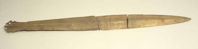 In drei Teile gebrochenes Bronzeschwert