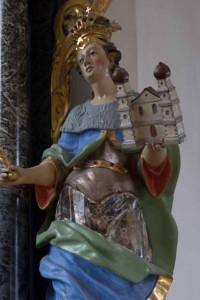 Barocke Figur einer Königin, die in der linken Hand eine Kirche trägt und dadurch als Kirchenstifterin gekennzeichnet wird. Wallfahrtskirche Klingenzell