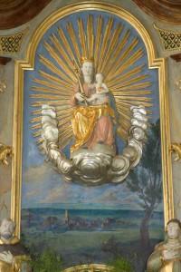 Figur der Maria mit Kind im Strahlenkranz, als Bildhintergrund das Dorf Betenbrunn, Foto © BHR