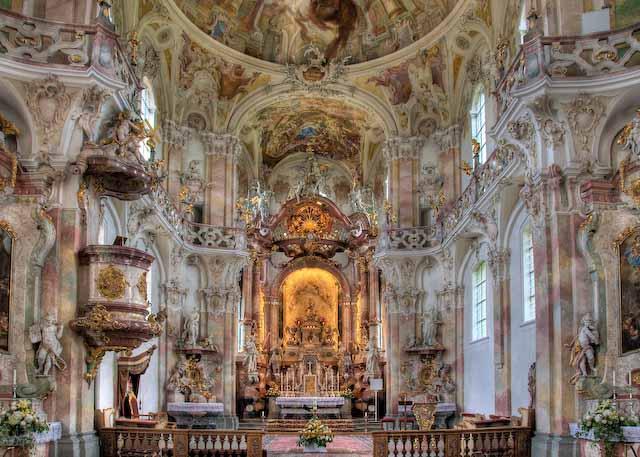 Blick in den Innenraum der Wallfahrtskirche Birnau mit ihren fünf Rokokoaltären in rosa-gelb-hellgrünem Stuckmarmor, © T. Wehrspaun