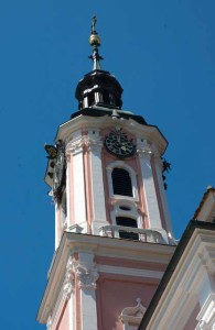 Der Turm auf dem Konventgebäude der Wallfahrtskirche Birnau, hellrosa Verputz mit weissen Zierelementen, © BHR