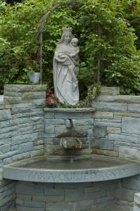 Die neu gefasste Quelle von Mariabrunn. Das Wasser läuft aus der Mauer in ein gerundetes Becken. Darüber steht Maria mit ihrem Kind. Mariabrunn, Foto © BHR