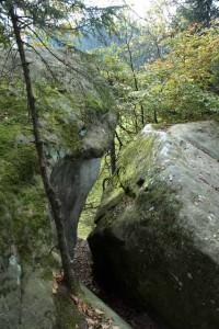 Mächtige Steinblock mit einer tiefen Spalte