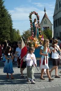 Mädchen tragen eine mit Blumen geschmückte Marienstatue, Prozession zu Mariä Himmelfahrt. Reichenau, © BHR