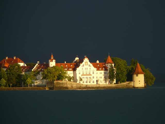 Noch ein Bild mit Gewitterstimmung. Doch diesmal glänzen die Häuser der Insel in der Abendsonne, Foto © Monika Büttner