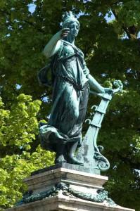 Stadtgöttin Lindavia: Brunnenfigur im Stil einer antiken Göttin. Sie trägt eine Mauerkrone auf dem Haupt, die sie als Stadtgöttin ausweist, und in der Hand ein Schiffsruder, © BHR