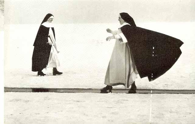 Zwei Nonnen in vollem Habit. Eine schlittert vergnügt - mit wehendem Mantel - auf dem glatten Eis. Eisprozession, Münsterlingen und Hagnau