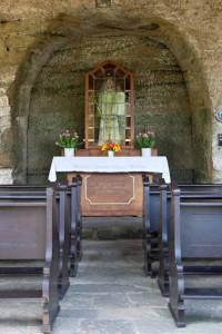 in den Tel gehauene Nische: darin Altar mit einer Figur der Gottesmutter Maria , Foto © BHR
