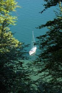 Segelschiff vor Anker unterhalb der Marienschlucht
