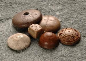 ein Würfel und fünf runde, polierte Spielsteine, gefunden in Pfyn. Amt für Archäologie Kanton Thurgau