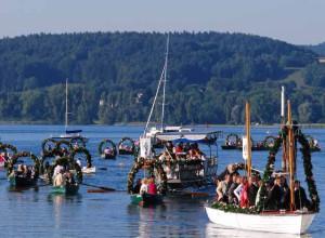 Mit Blumen geschmückte Ruderboote unterwegs nach Radolfzell , Foto © Barbara Hutzl-Ronge