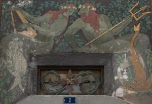 Malerei auf einem Haus: Mit grünen Leibern, roten Haaren und Blumen im Haar - Vater Rhein mit seiner Gespielin