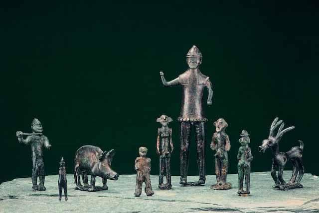 Zwei Tierfiguren, einen göttlichen Eber und Nischen darstellen, ein grosser und ein kleiner Krieger und Männer mit grossen Ohren, die als Betende, ihrer Gottheit Zuhörende interpretiert werden. Opfergaben vom Gutenberg, Balzers, St. Galler Rheintal
