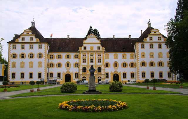 Prächtig wie ein Schloss sieht es aus, das barocke Klostergebäude mit seinem weissen Verputz, den vielen gelb umrahmten Fenstern und Toren, den drei Giebeln. den Kaminen auf dem Dach. Salem, Foto © Guenter Haselboeck