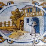 Die bemalte Ofenkachel aus dem Kloster Salem zeigt einen Laienbruder, der einen Kornsack in die Mühle trägt, und so zum Reichtum des Klosters beiträgt, Salem © BHR