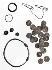 Münzen, Ring, Armreif und Fibeln aus Silber. Ried bei Lauterach, Vorarlberg