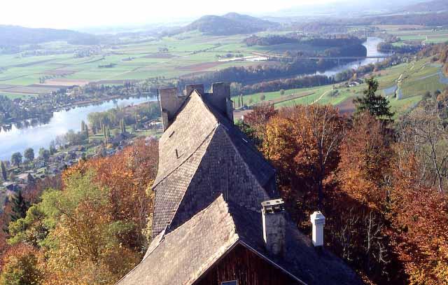 Blick aus der Vogelperspektive auf die Dächer der Burg Hohenklingen, unten der sich davon schlängelnde Rhein. Foto © Stadtarchiv Stein am Rhein