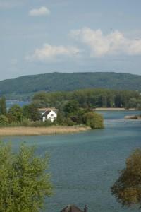 Werdinsel im Rhein. Darauf ist der Giebel des Franziskanerklosers zu sehen, rechts die Brücke, die auf die Insel führt.