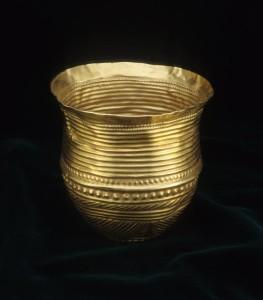 Der Goldbecher - dicht mit Rillen und Punzierungen verziert - aus Eschenz