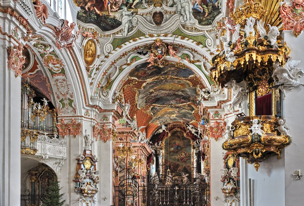 Typisch für die Klosterkirche in Einsiedeln ist die Stuckatur in rosa Farbe.
