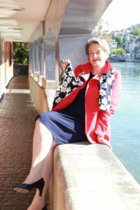 Die Autorin Barbara Hutzl-Ronge mit einem Seidentuch der Zürcher Firma Fabric Frontline an der Schiffe