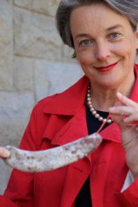 Die Autorin Barbara Hutzl-Ronge mit einer Wurst fürs gemeinsame Wurstessen bei der Stadtführung durch Zürich