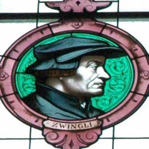 Glasfenster einer Zürcher Kirche mit einem Porträt des Reformators Huldrych Zwingli