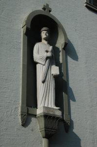 Mit Bibel und Schwert - Statue von Huldrych Zwingli. Kirche der Waldenser, Chiesa Evangelia di Lindau italiana di zurigo in der Zwinglikirche