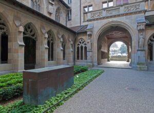Eine Blockskulptur aus Kupfer erinnert im Kreuzgang des Fraumünsters an Katharina von Zimmern, die letzte Äbtissin