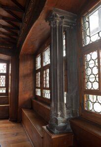 Im getäferten Zimmer mit Butzenscheiben und aufwendig gearbeiteter Steinsäule wohnte einst Katharina von Zimmern. Der Raum, der sich bis 1900 in der Abtei Fraumünster befand, ist heutzutage im Landesmuseum in Zürich zu besichtigen.