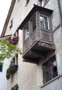 Jagdhunde, drei Bracken, tragen den Erker, der dem Haus zum Backen den Namen gab. Hier wohnte einst Katharina von Zimmern.
