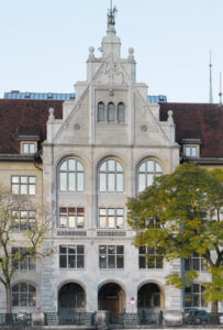 Das Stadthaus in Zürich und sein Musiksaal mit grossen Rundbogenfenstern im dritten Stock